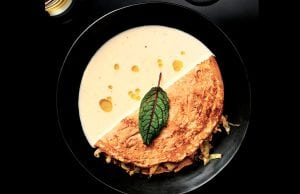 crêpe de cebada con col y salsa pierre