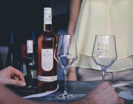 ordenar vino en un restaurante