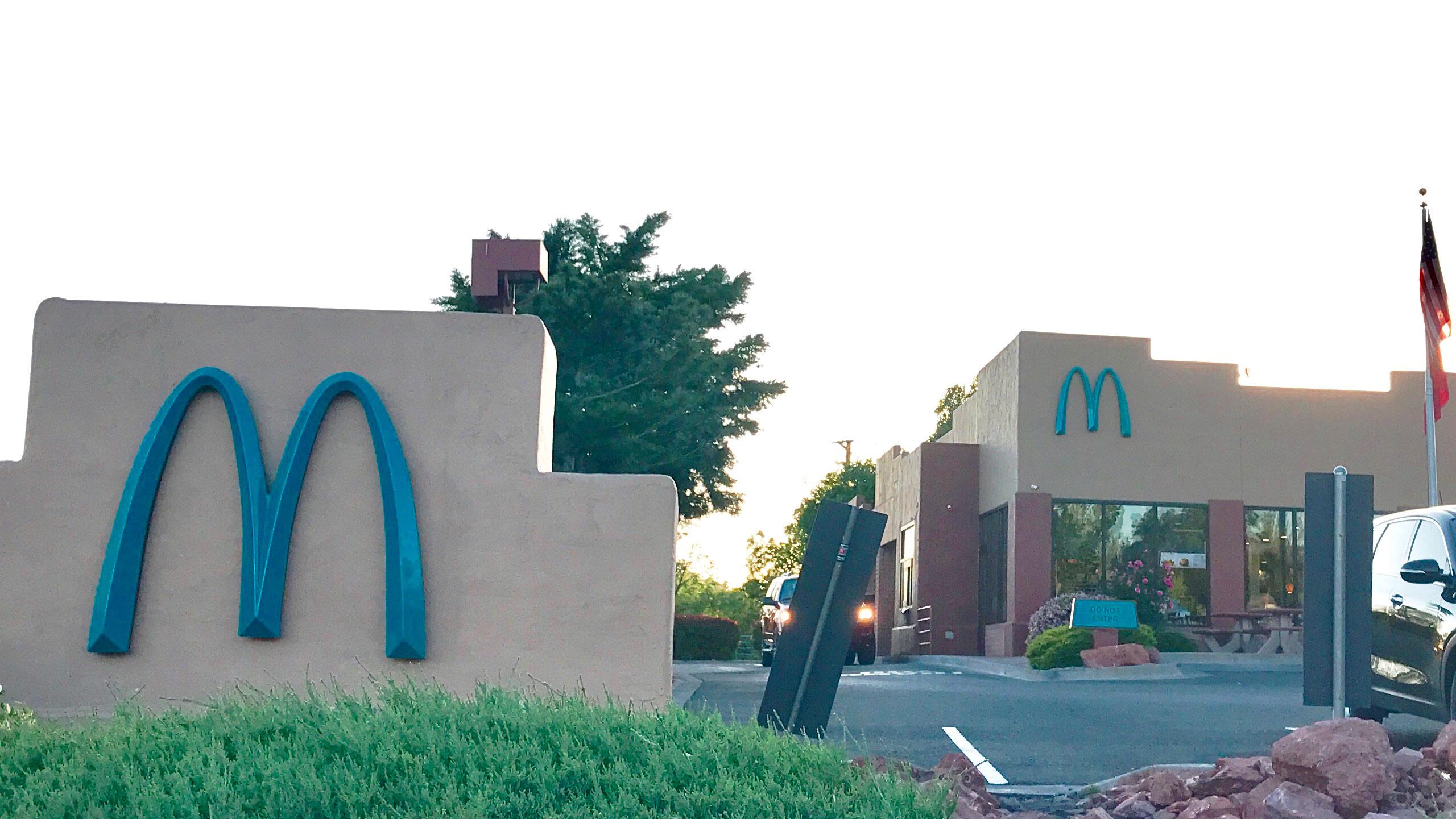 mcdonald's logo azul porque