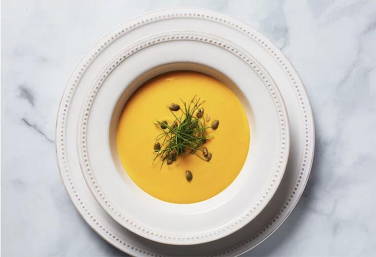 Vichyssoise de camote : cebollín, puerros de oro con ñame orgánico rojo y pepitas asadas.