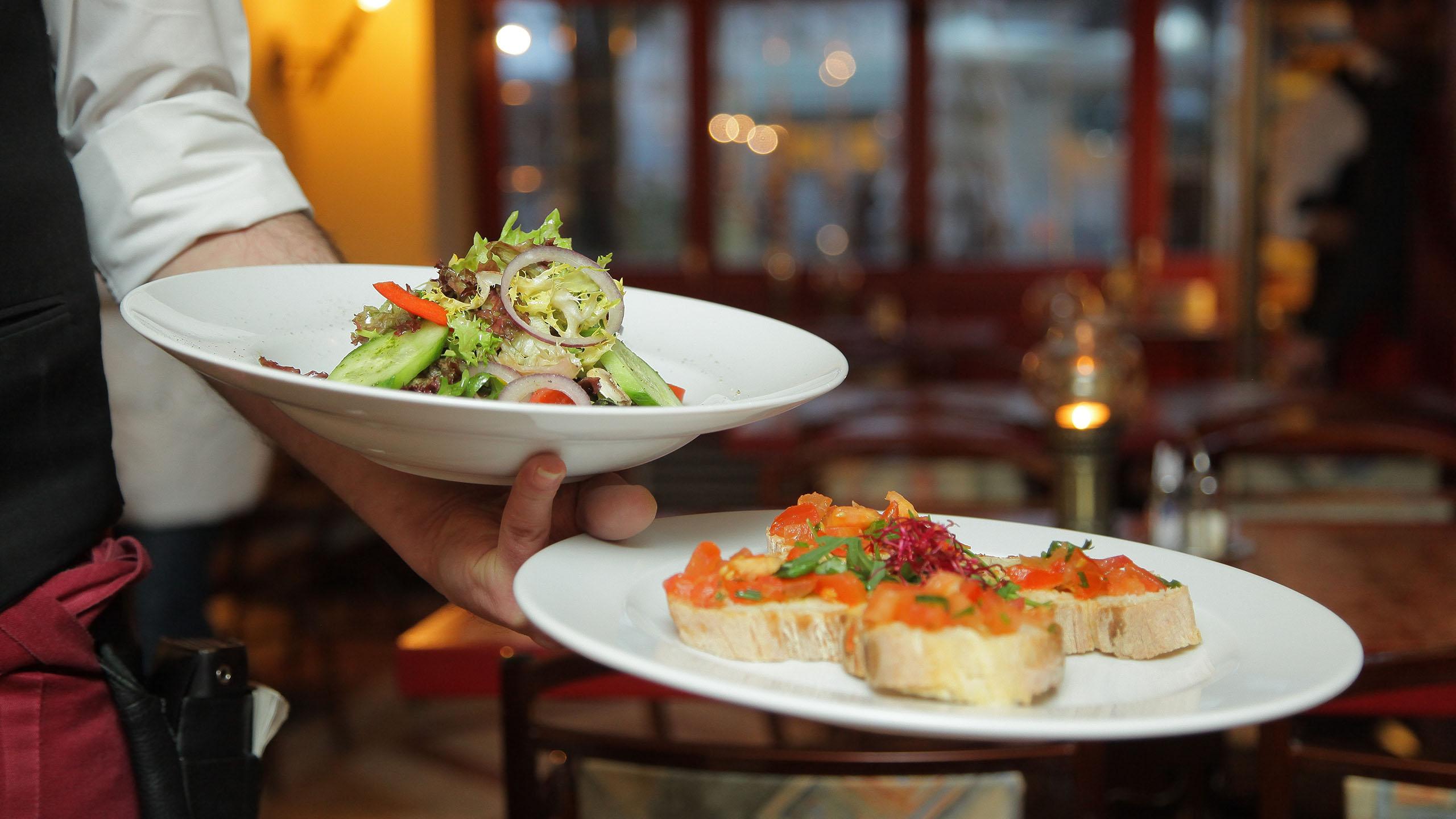 ¿Cómo regresar comida en un restaurante?