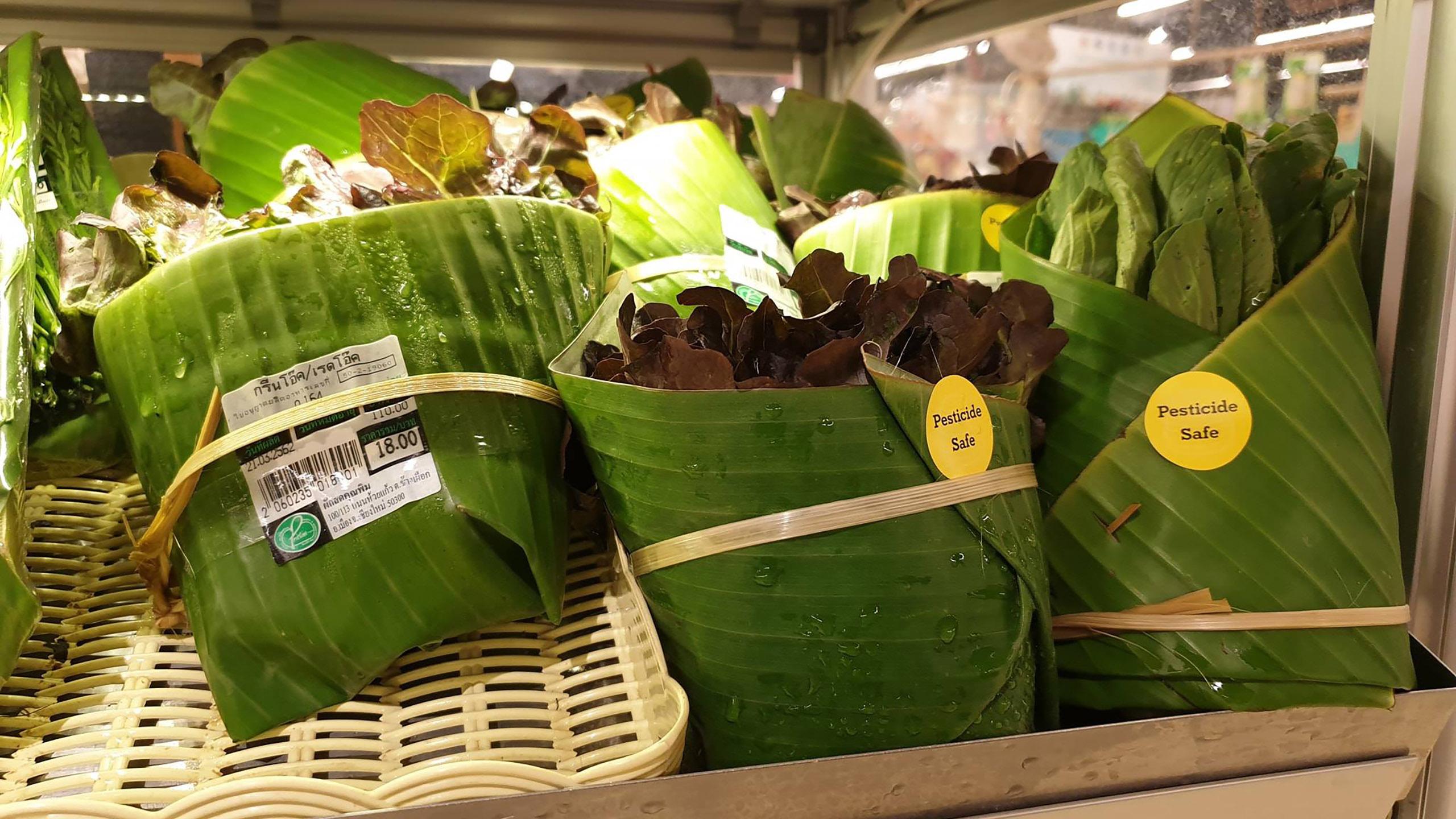 El supermercado tailandés que utiliza las hojas de plátano en sus empaques