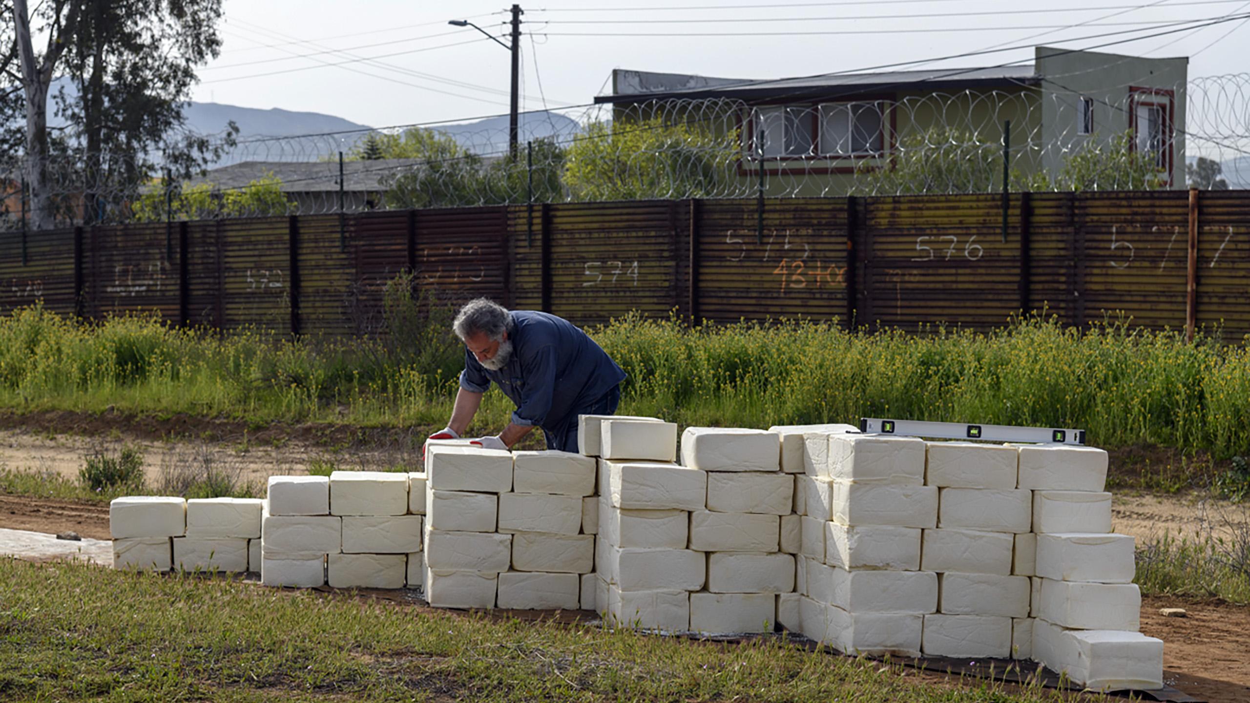 El artista que está construyendo un muro con quesos