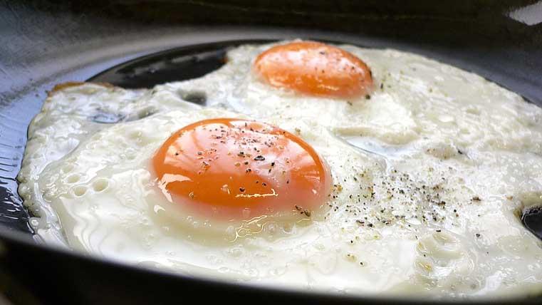 freír huevo