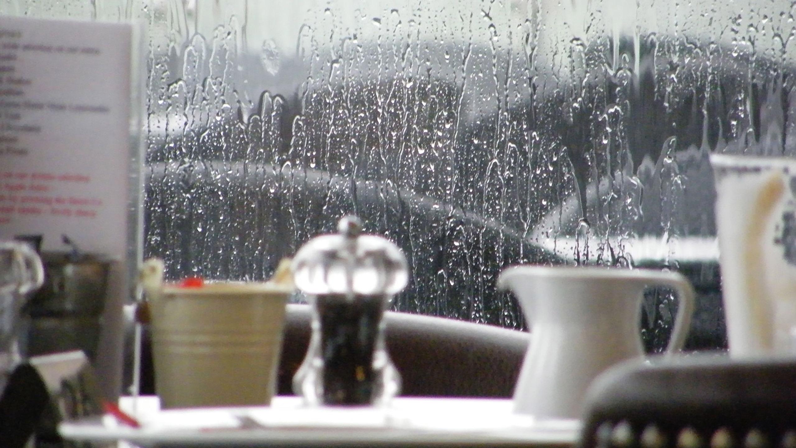 estudio mal clima influye en reseñas de restaurantes
