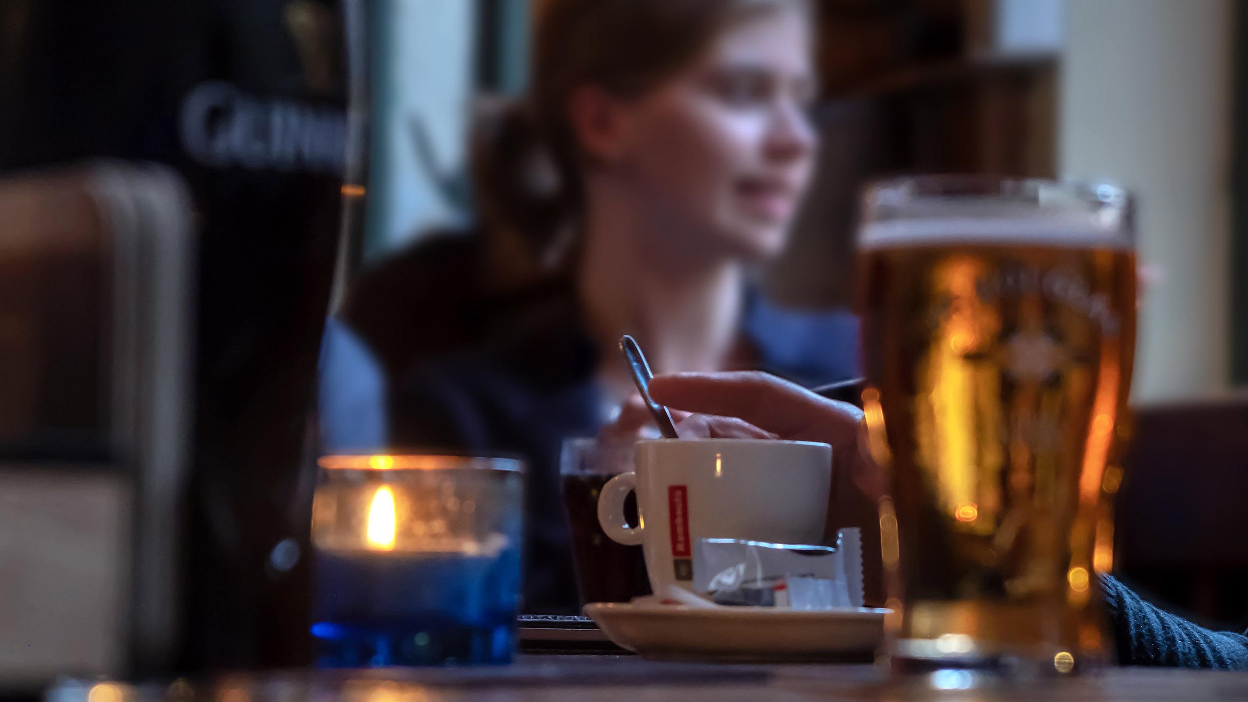 cerveza, mujer tomando cerveza