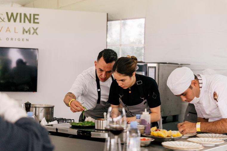 Edgar Núñez cocinando
