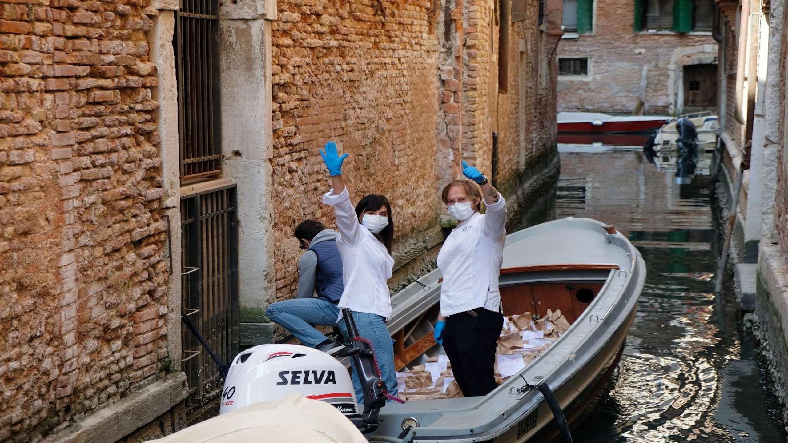 Silvia Rozas y Marco Zambon entregando comida al hospital de Venecia.