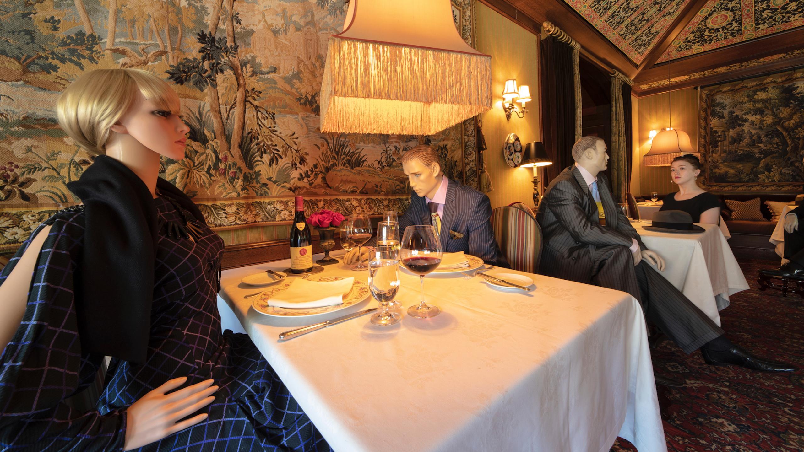 maniquíes llenan mesas vacías de restaurante