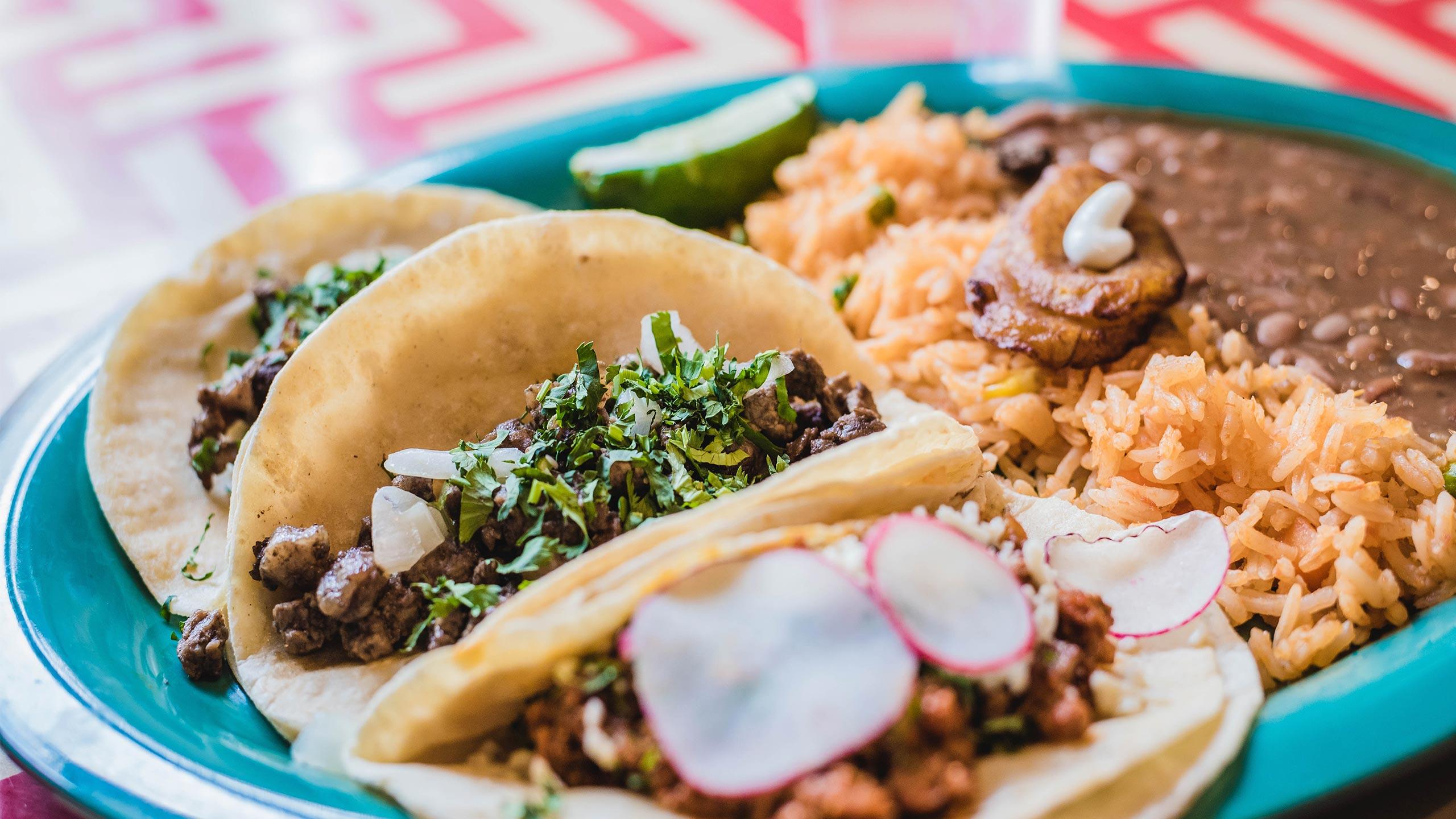 tacos, frijoles y arroz de de comida corrida