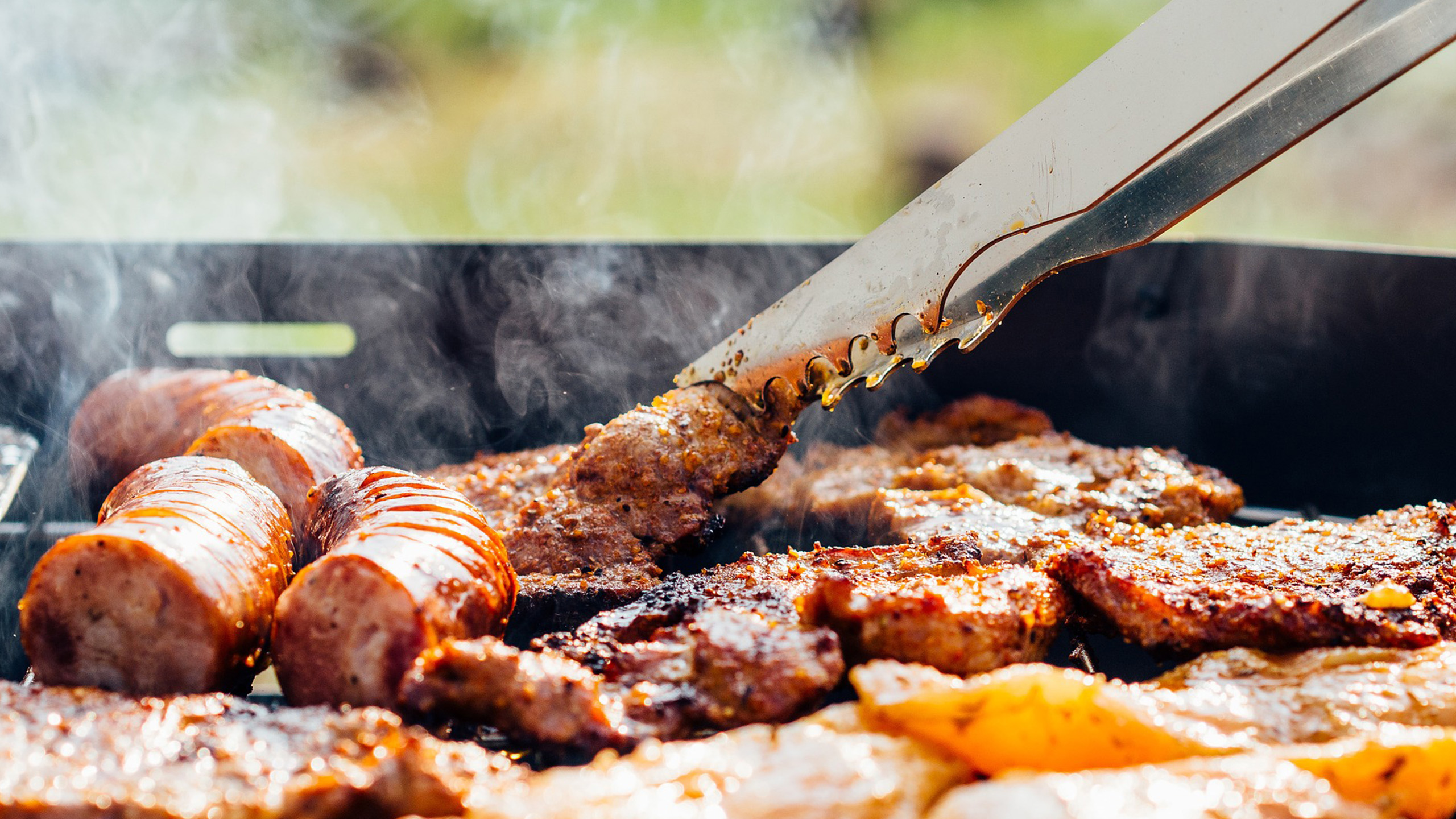 carne-asada-salchichas-grill