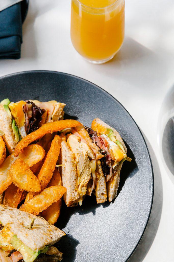 Club sándwich con jugo de naranja