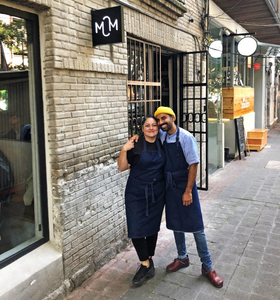 Listman y Keval afuera de su restaurante Masala y Maíz, en la Ciudad de México. |Foto: Mary-Frances Heck