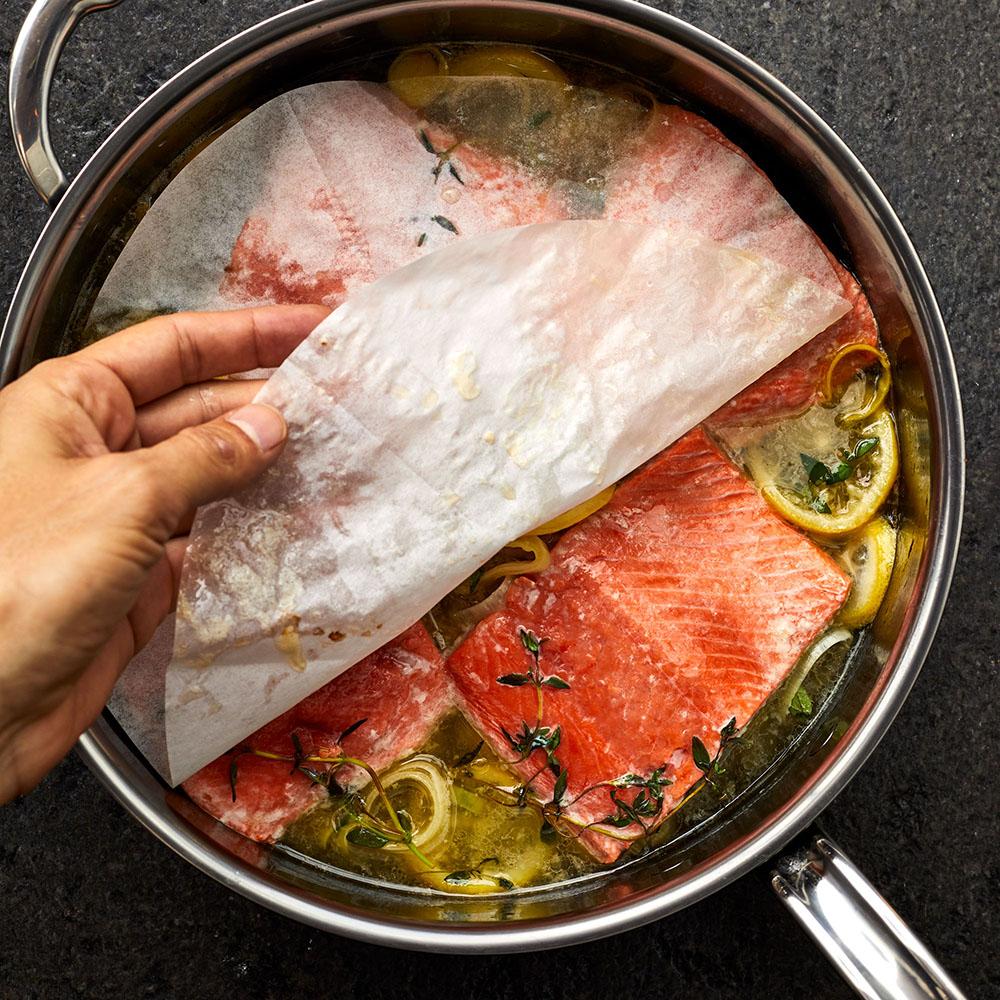 La forma más fácil de cocinar salmón es con vino