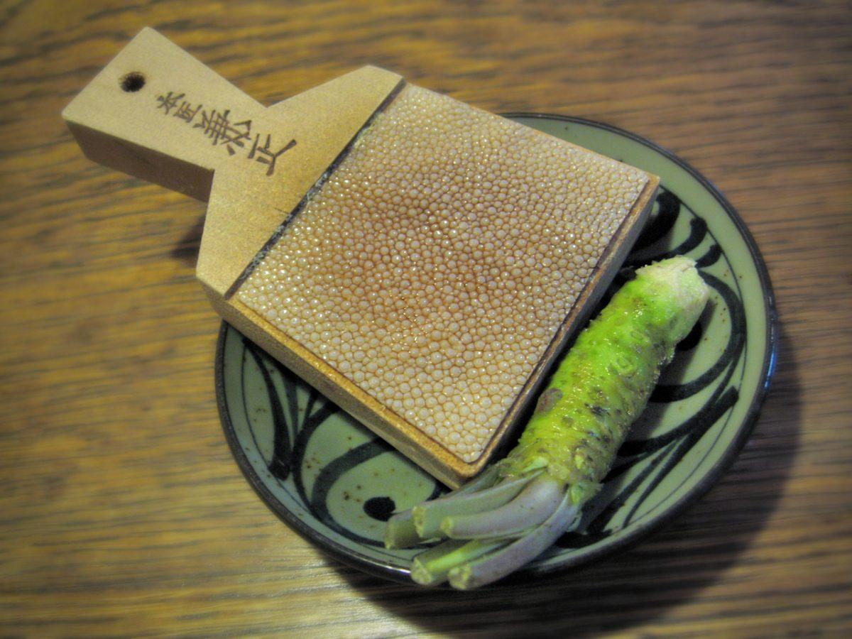 rallador de wasabi con piel de tiburón