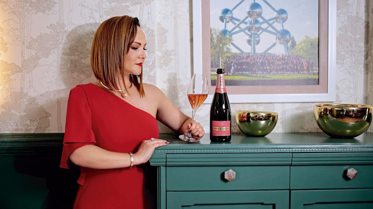 Gina-Estrada-con-champagne