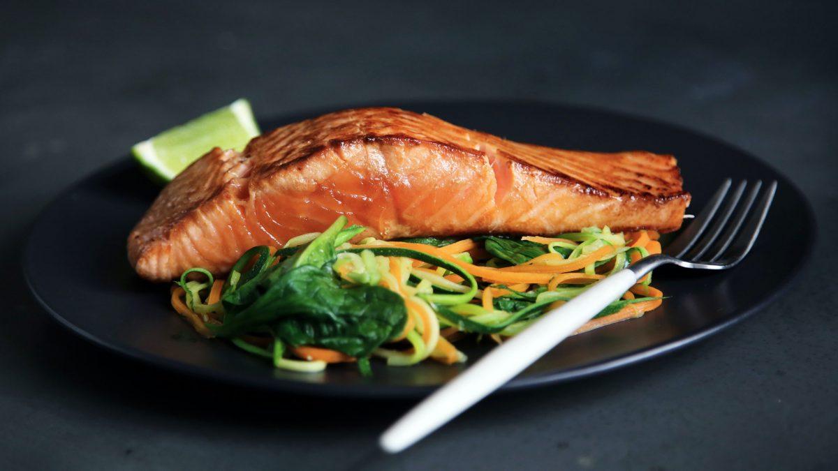 beneficios-del-salmon-comerlo