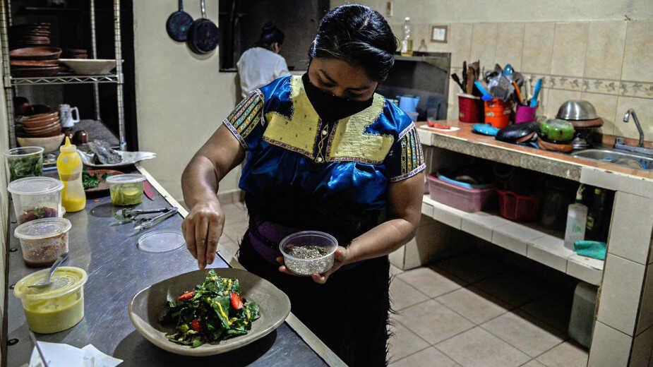 Claudia Ruiz cocinando